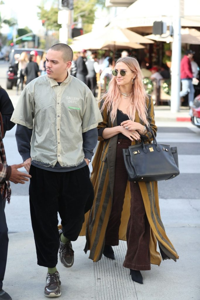 Ashlee Simpson – Shopping in Beverly Hills 9 Pics