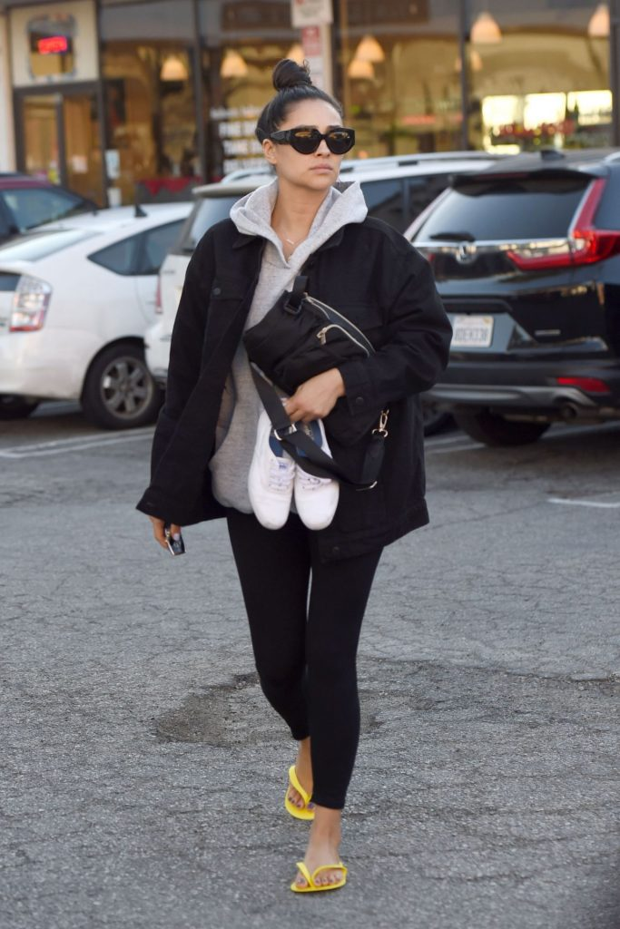 Shay Mitchell – Gets a Pedicure in Los Angeles 4 Pics