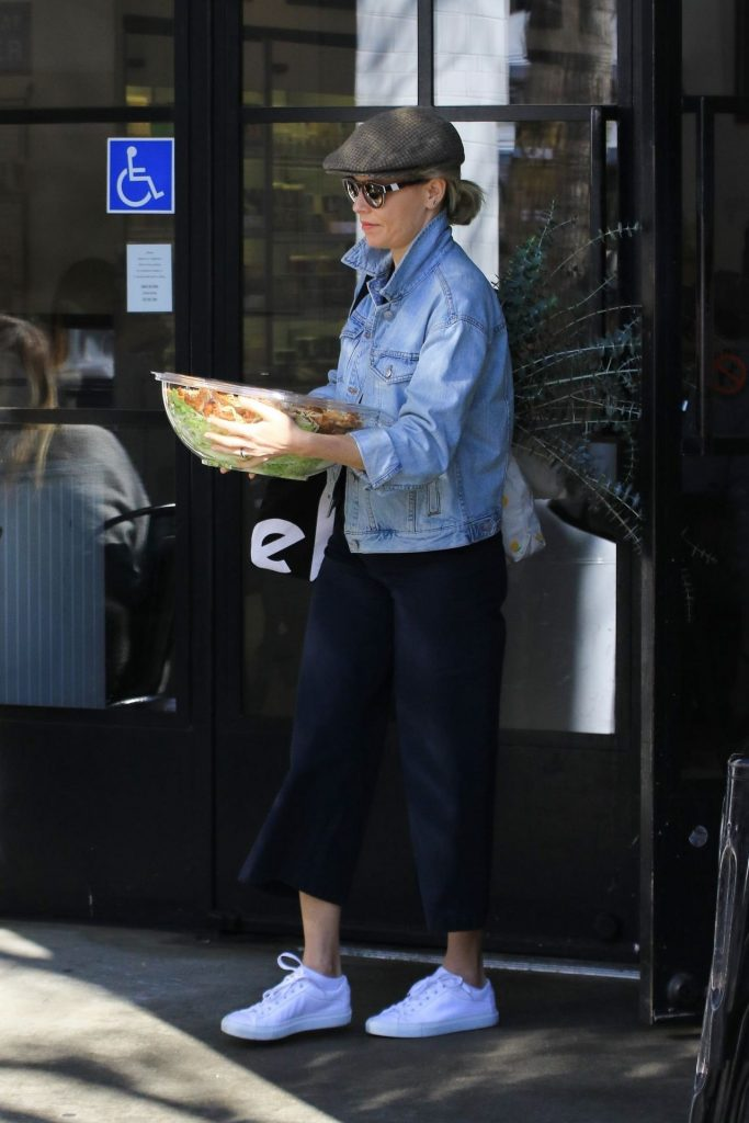 Elizabeth Banks – Joan's on Third in Studio City January 2020