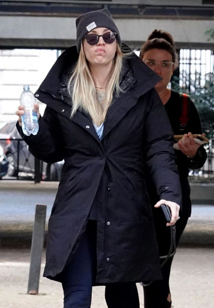 The Flight Attendent Set in Rome: Kaley Cuoco (10 Photos)