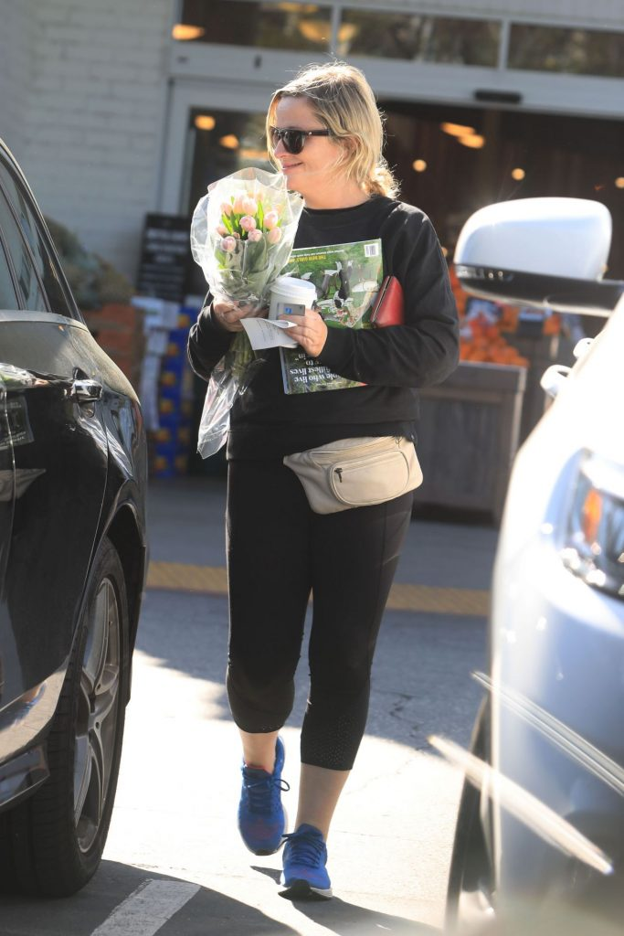 Amy Poehler – Buying Flowers in Beverly Hills 2020 (7 Photos)