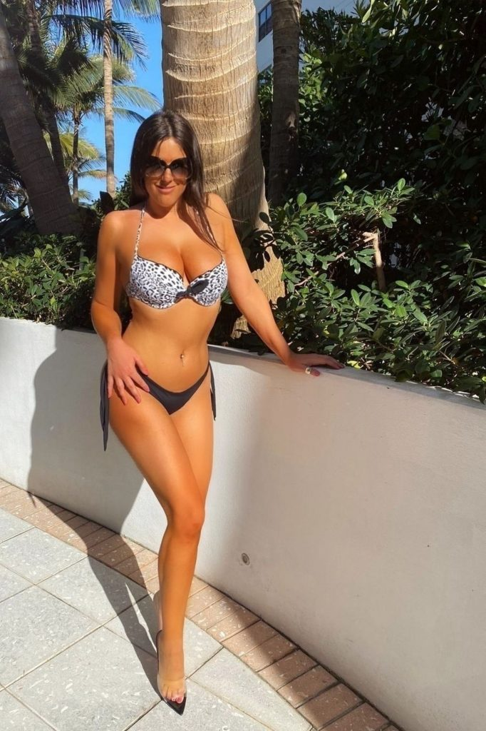 Claudia Romani – Sunbathing by the Pool in Miami Beach 2020 (5 Photos)