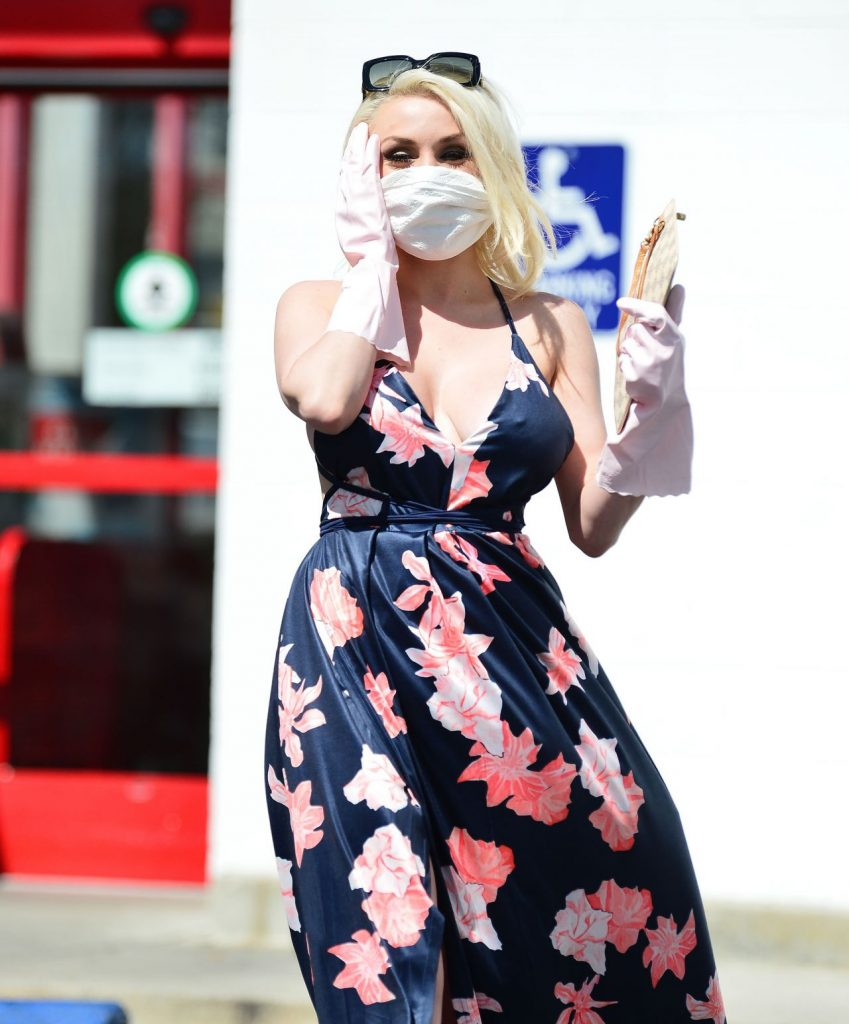 Courtney Stodden Wearing a Home Made Corona Virus Mask in Los Angeles 2020 (7 Photos)