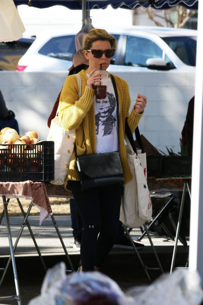 Elizabeth Banks – Shopping at the Farmers Market in Studio City 2020 (9 Photos)