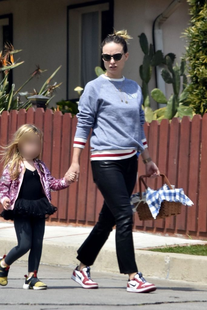 Olivia Wilde – Goes on a Picnic in Los Angeles 2020 (4 Photos)