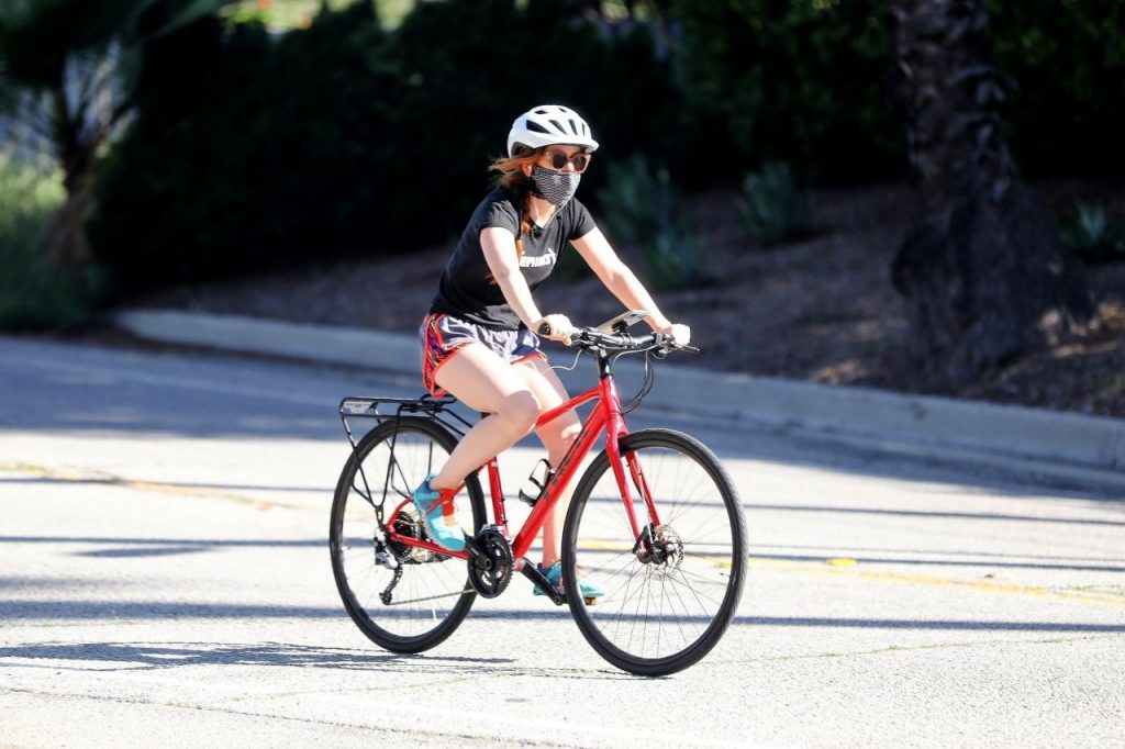 Isla Fisher – Riding Her Bike in Los Angeles 2020 (7 Photos)