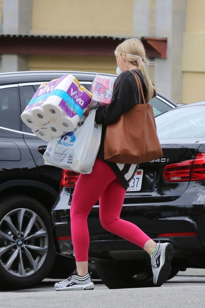 Molly Sims – Shopping in Los Angeles 2020 (7 Photos)