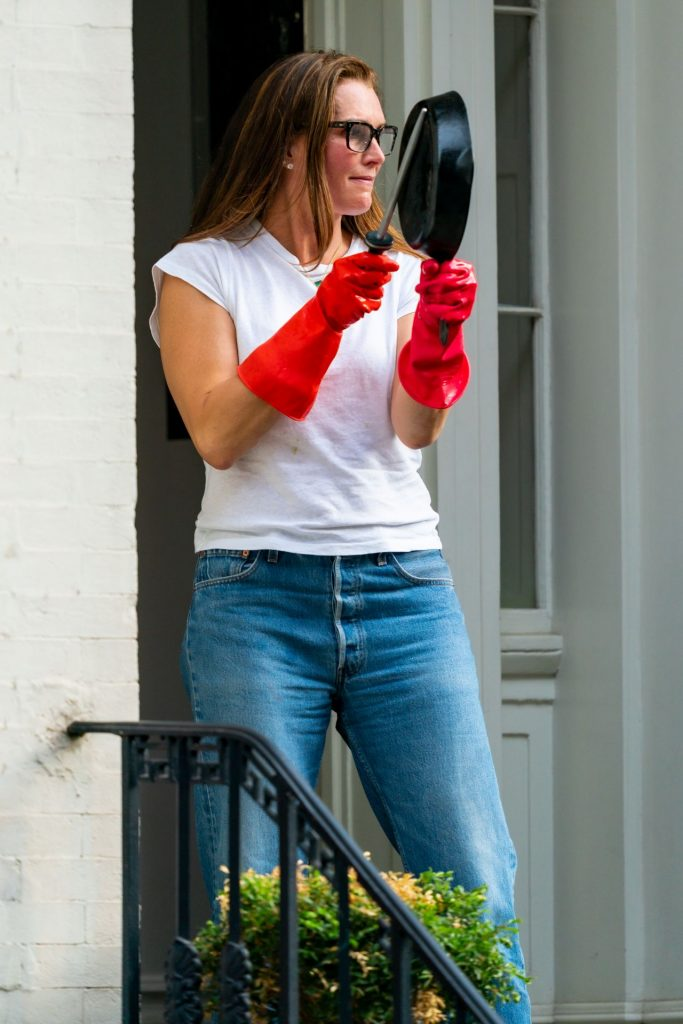 Brooke Shields – Cheering Frontline Workers in NY 2020 (8 Photos)