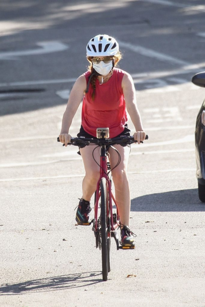 Isla Fisher – Riding Her Bike in Beverly Hills 2020 (7 Photos)
