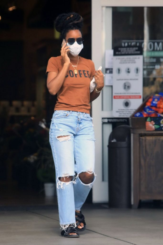 Kelly Rowland in Ripped Jeans – Shopping For House Plants in LA 2020 (15 Photos)