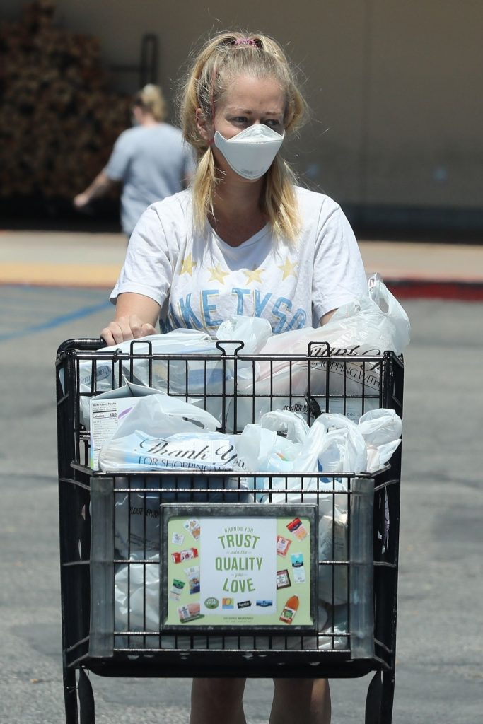 Kendra Wilkinson – Shopping in LA 2020 (6 Photos)