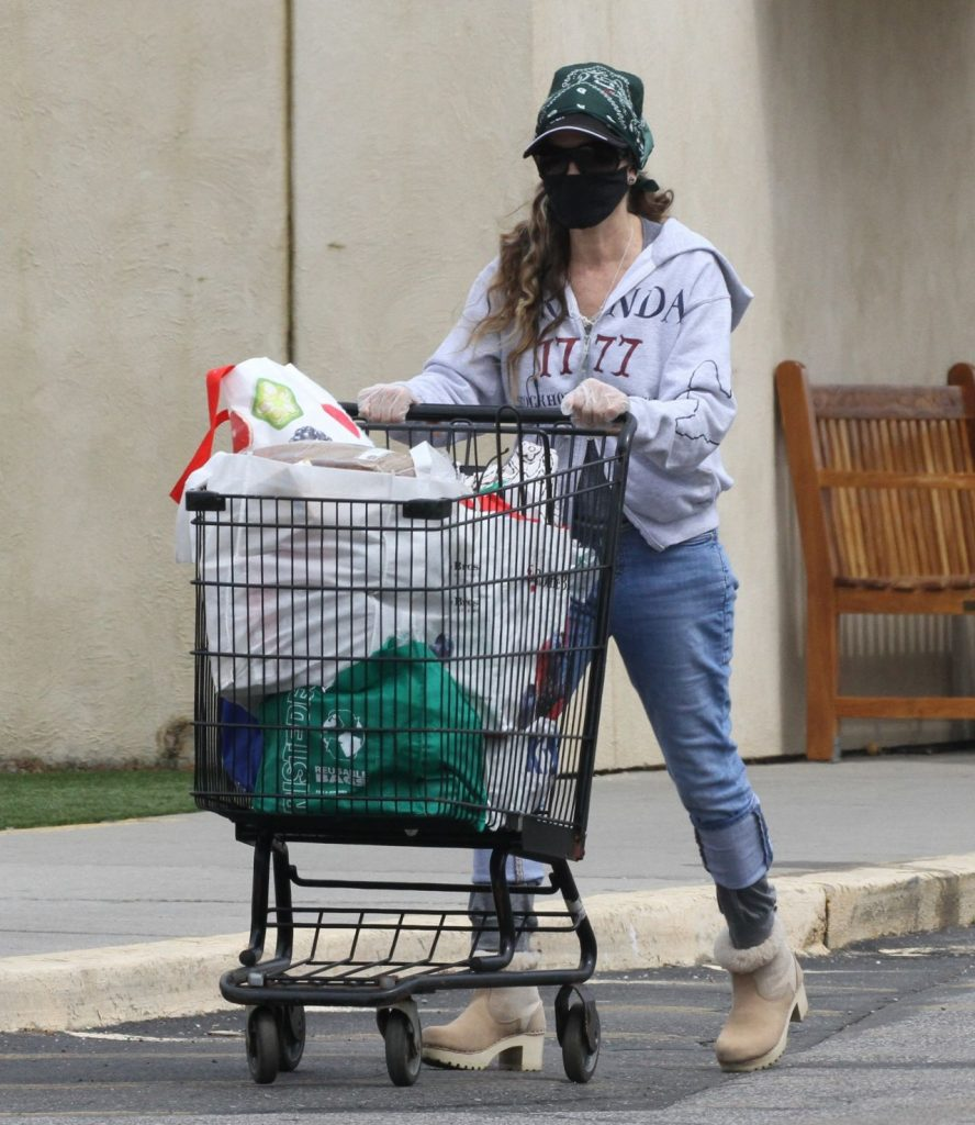 Sarah Jessica Parker – Grocery Shopping in New York 2020 (4 Photos)