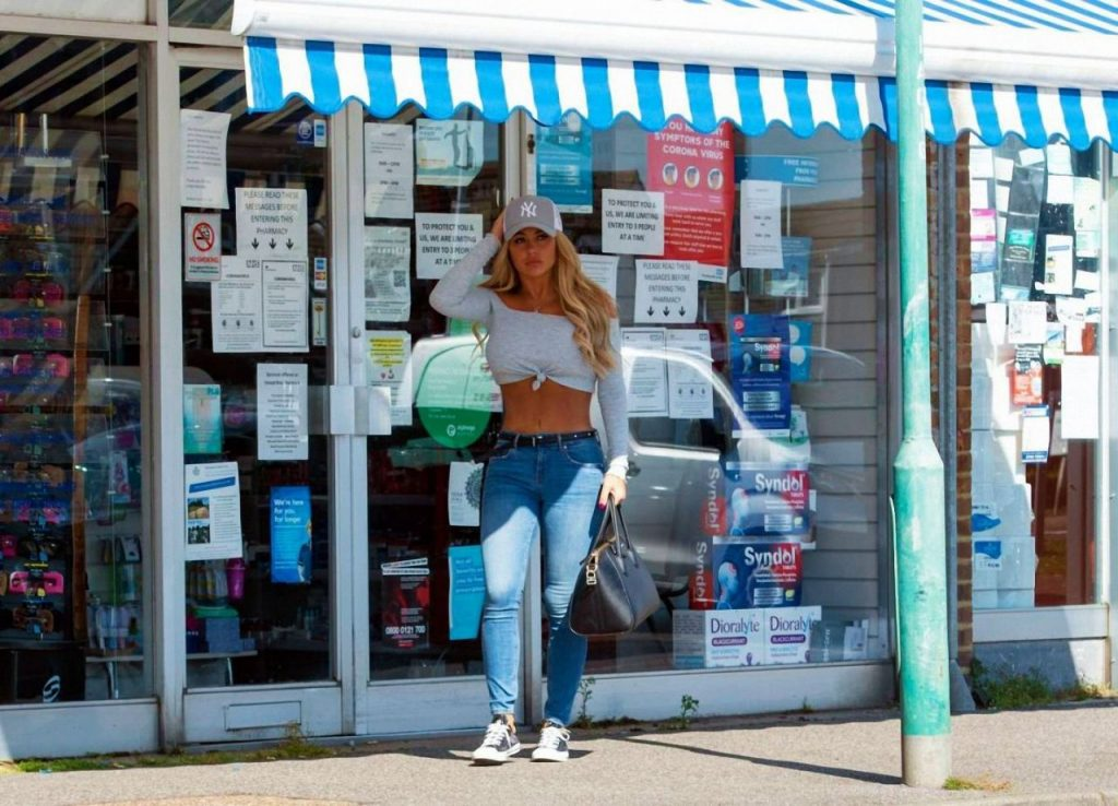 Bianca Gascoigne in a Tight White Crop Top and Skinny Jeans 2020 (7 Photos)