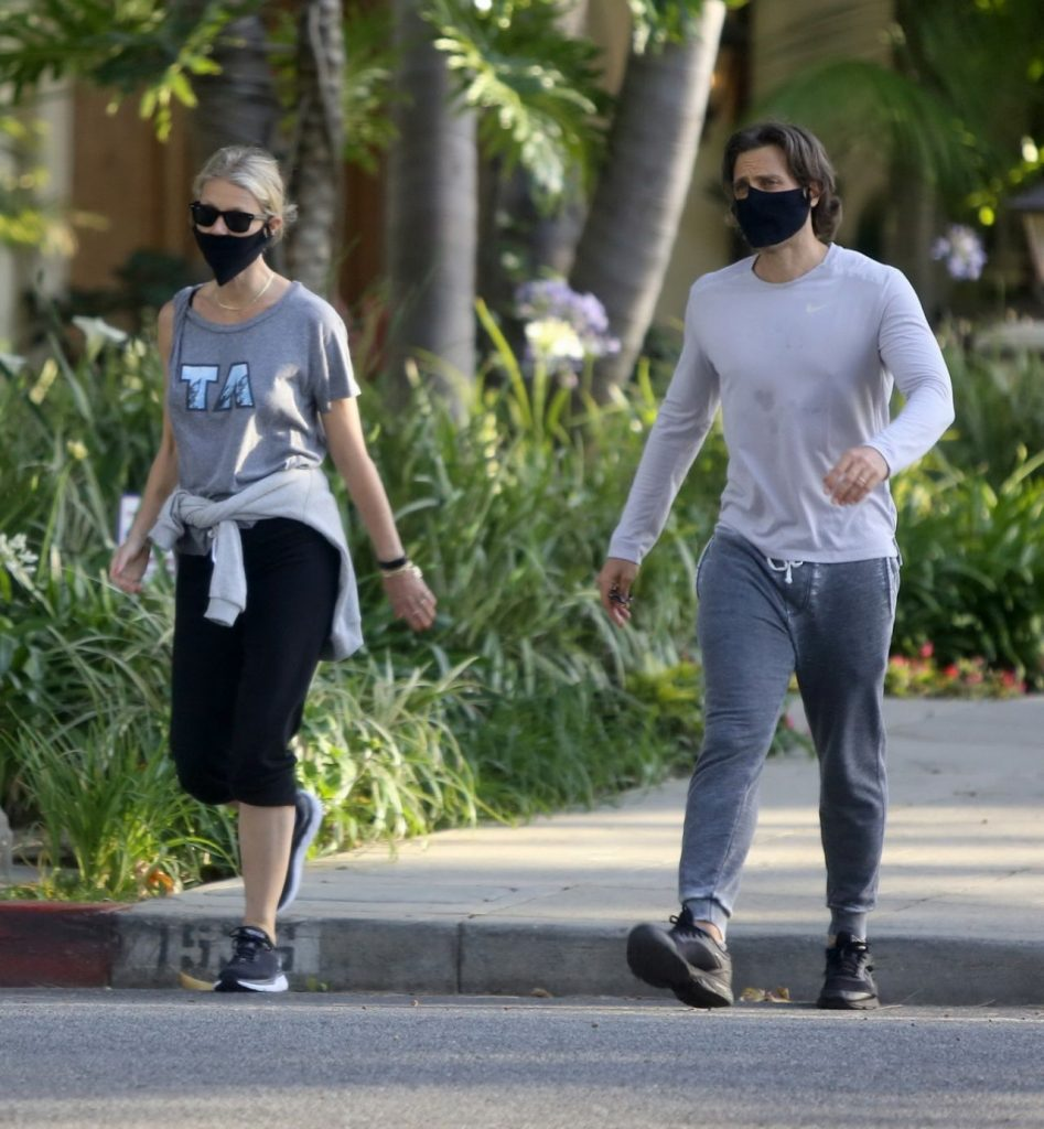Gwyneth Paltrow With a Face Mask – Walk in Los Angeles 2020 (7 Photos)