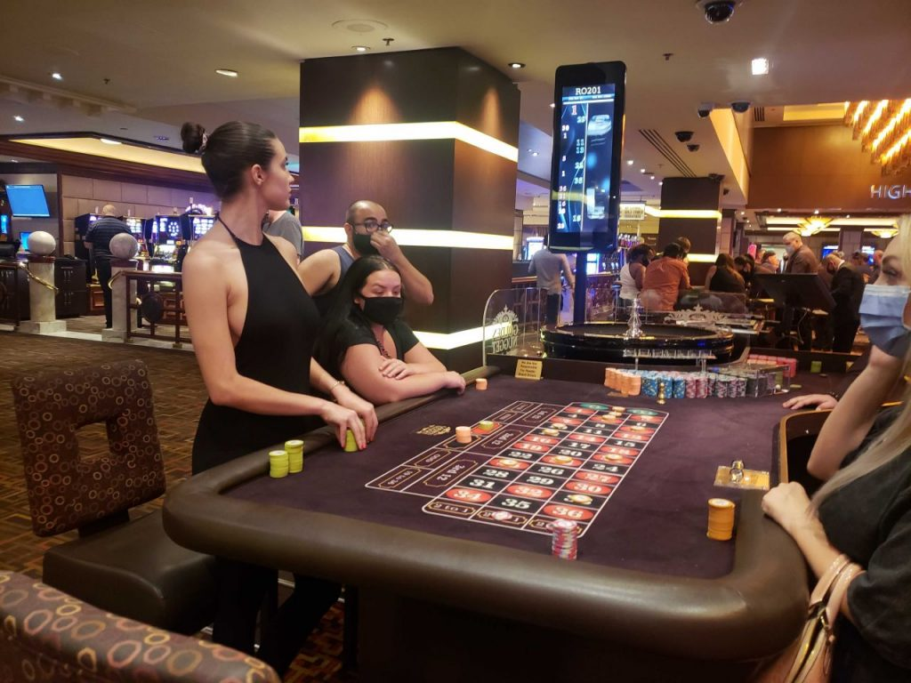 Tao Wickrath Playing Roulette in Las Vegas 2020 (4 Photos)